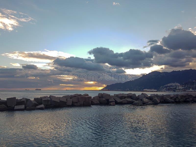 Καταπληκτικό ηλιοβασίλεμα στο Σαλέρνο, Ιταλία στοκ εικόνες