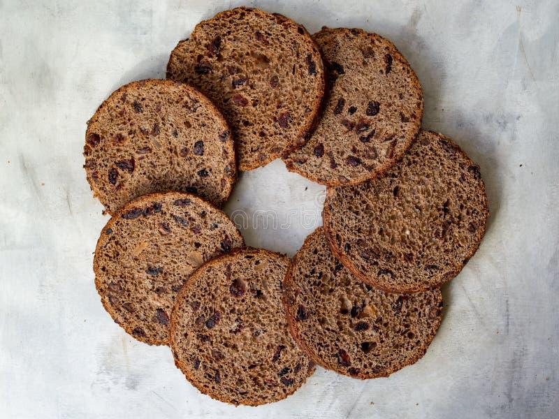 Καταπληκτικό κέικ Πάσχας σοκολάτας με τις πτώσεις σοκολάτας και ξηρά κεράσια στο γκρίζο ξύλινο υπόβαθρο Στρογγυλές φέτες του κέικ στοκ φωτογραφία