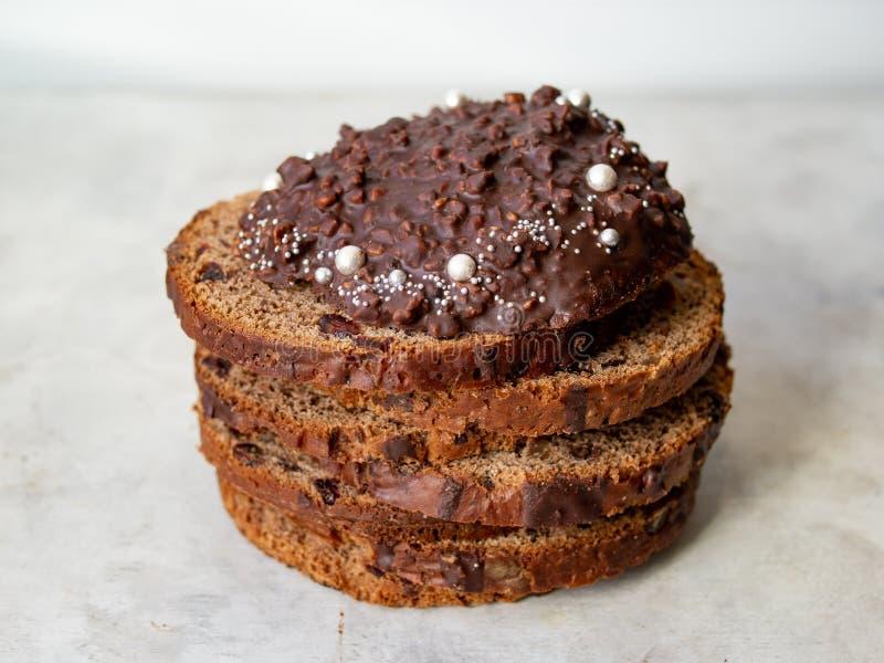 Καταπληκτικό κέικ Πάσχας σοκολάτας με τις πτώσεις σοκολάτας και ξηρά κεράσια στο γκρίζο ξύλινο υπόβαθρο Στρογγυλές φέτες του κέικ στοκ εικόνα