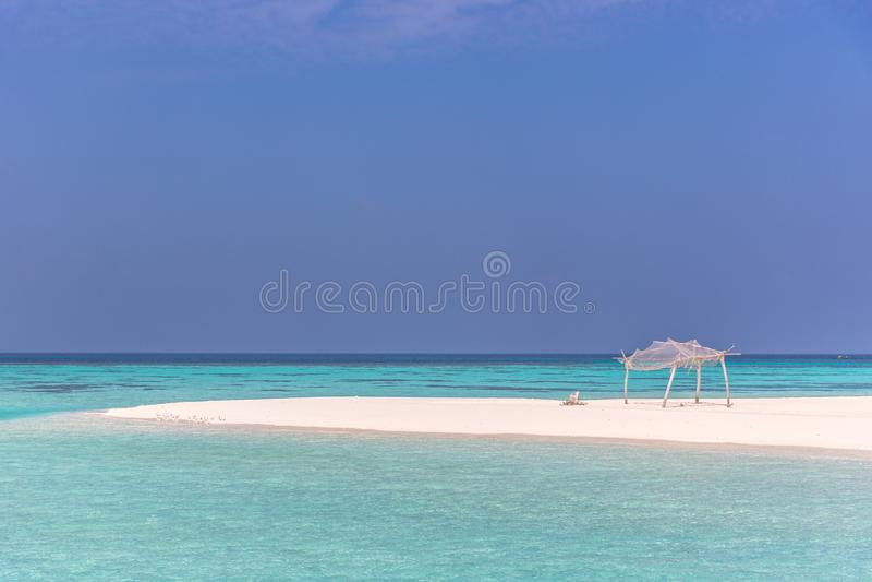 Καταπληκτικό μπλε νερό σε ένα νησί ερήμων, ημέρα μπλε ουρανού, ξύλινη καλύβα στοκ εικόνα με δικαίωμα ελεύθερης χρήσης