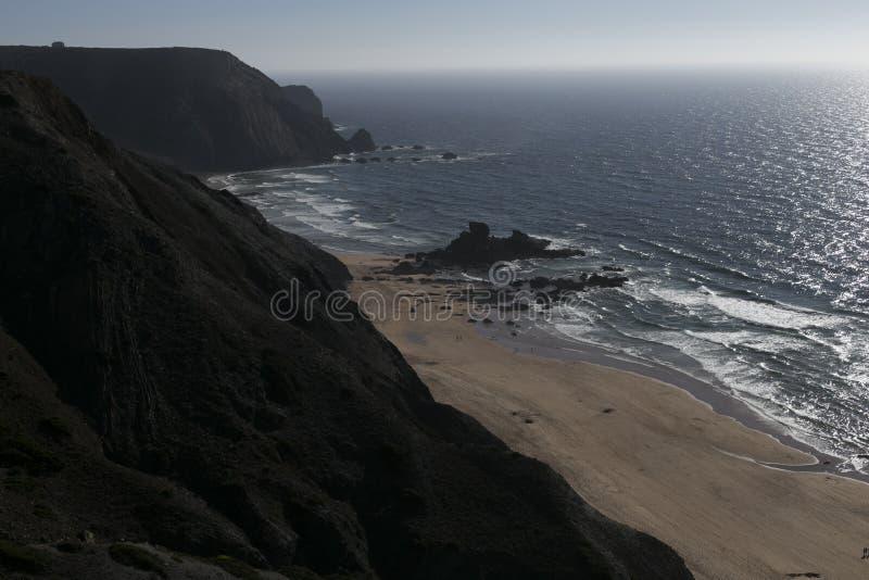 Καταπληκτικό πανόραμα άποψης απότομων βράχων στο ηλιοβασίλεμα Διακοπές στην Πορτογαλία Χαλαρώστε και τρόπος ζωής στοκ εικόνα με δικαίωμα ελεύθερης χρήσης