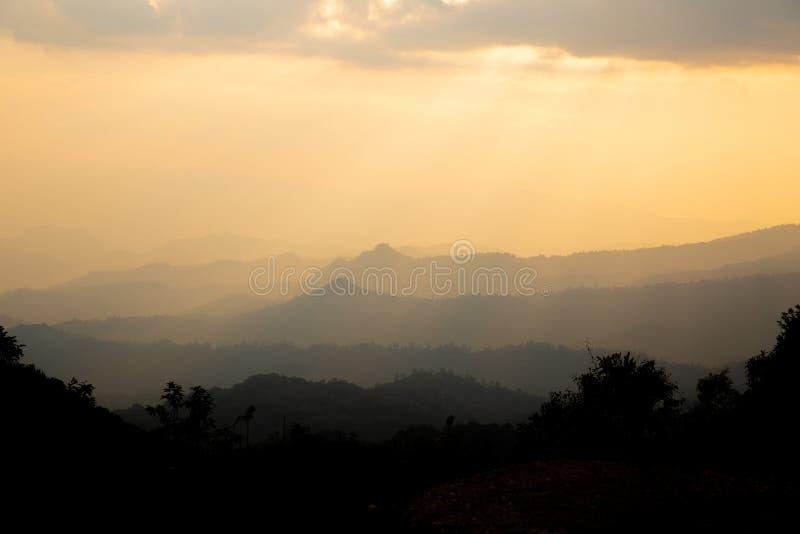 Καταπληκτικό τοπίο βουνών με το ζωηρόχρωμο ζωηρό ηλιοβασίλεμα στοκ εικόνα