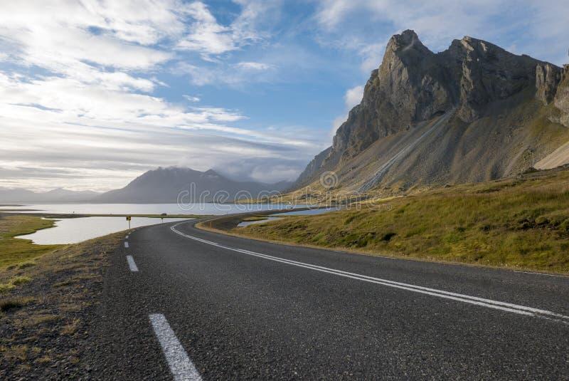 Καταπληκτικό τοπίο στο δρόμο στα ανατολικά φιορδ στην Ισλανδία στοκ φωτογραφία