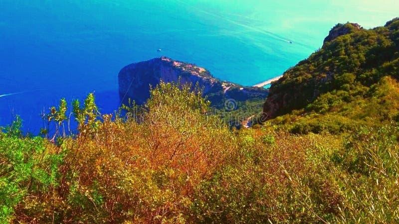 Καταπληκτικό τοπίο της θάλασσας και του βουνού στοκ εικόνες