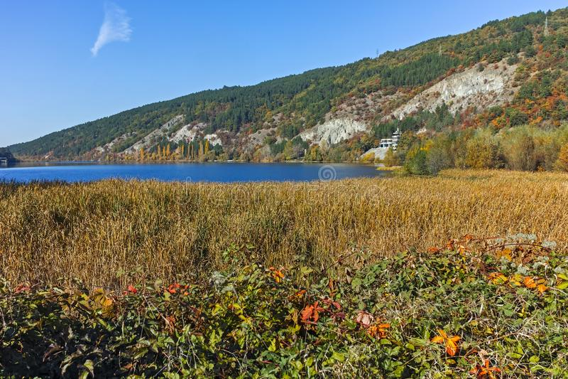 Καταπληκτικό τοπίο φθινοπώρου της λίμνης Pancharevo, περιοχή πόλεων της Sofia στοκ φωτογραφία με δικαίωμα ελεύθερης χρήσης