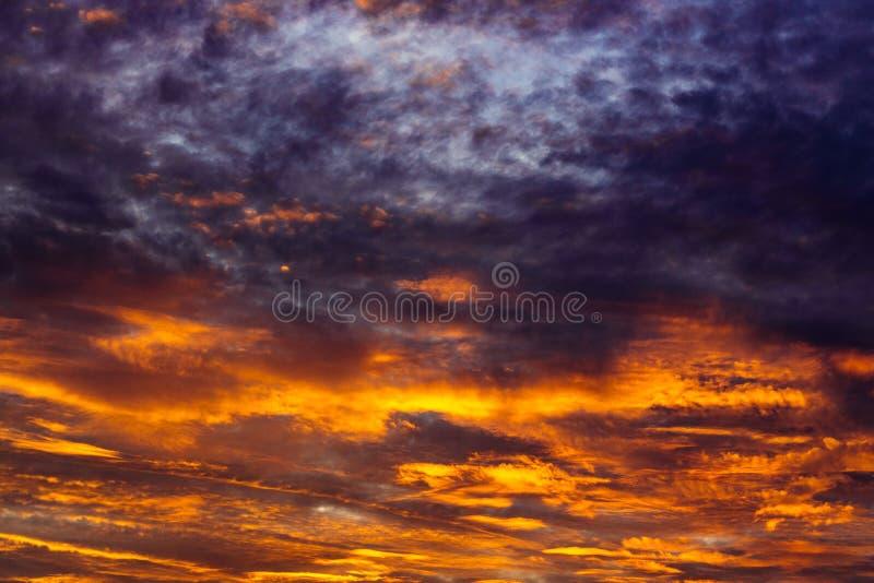 Καταπληκτικό υπόβαθρο ουρανού με τα σύννεφα στοκ φωτογραφία με δικαίωμα ελεύθερης χρήσης