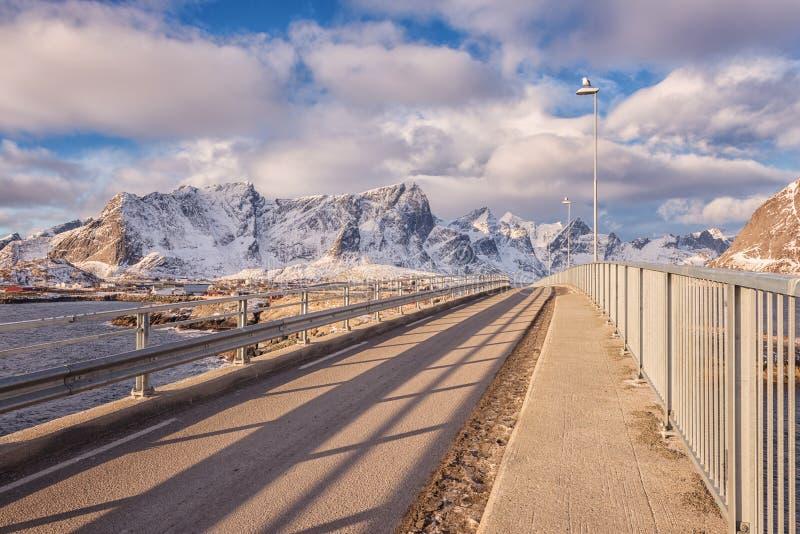 Καταπληκτικό χειμερινό πρωινό τοπίο Αυτοκινητική γέφυρα, εθνική οδός E10, συνδέοντας νησιά Lofoten, Νορβηγία στοκ εικόνα
