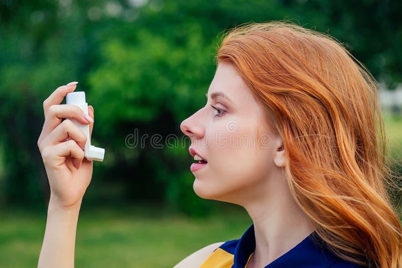 Καταπολέμηση του άσθματος και της βρογχίτιδας ενεργή χαρούμενη όμορφη νεαρή κοκκινομάλλα ιρλανδή με κίτρινο φόρεμα στοκ φωτογραφία με δικαίωμα ελεύθερης χρήσης