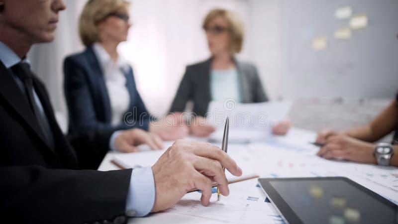 Καταπονημένος εργαζόμενος γραφείων αρσενικών που τρυπιέται στη συνεδρίαση, επαγγελματική ουδετεροποίηση, πίεση στοκ φωτογραφία