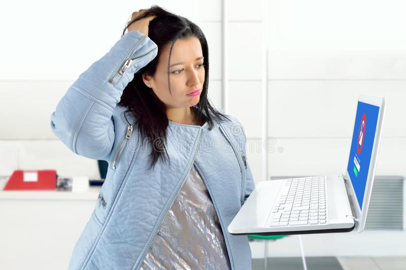 Καταπονημένος στο γραφείο στοκ εικόνα με δικαίωμα ελεύθερης χρήσης