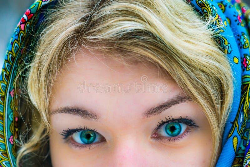 Καταπληκτικά μάτια του ρωσικού κοριτσιού ξανθά στοκ εικόνα με δικαίωμα ελεύθερης χρήσης