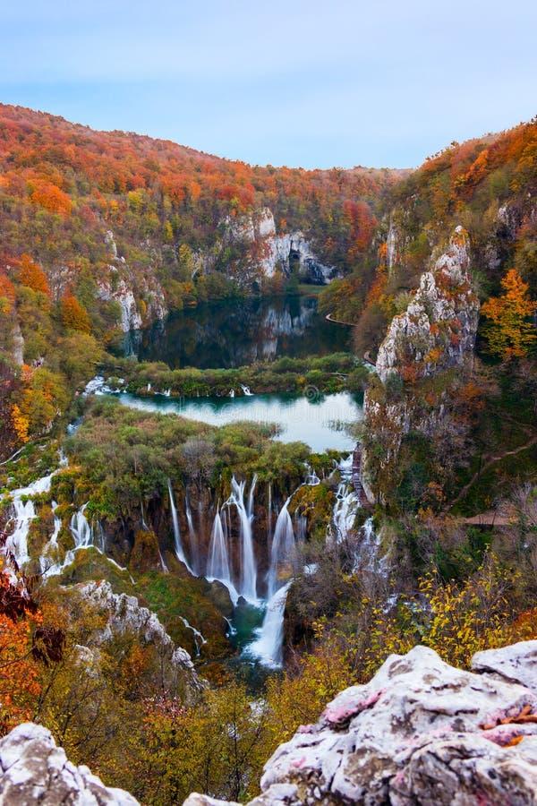Καταπληκτικά χρώματα καταρρακτών και φθινοπώρου στις λίμνες Plitvice στοκ εικόνα με δικαίωμα ελεύθερης χρήσης
