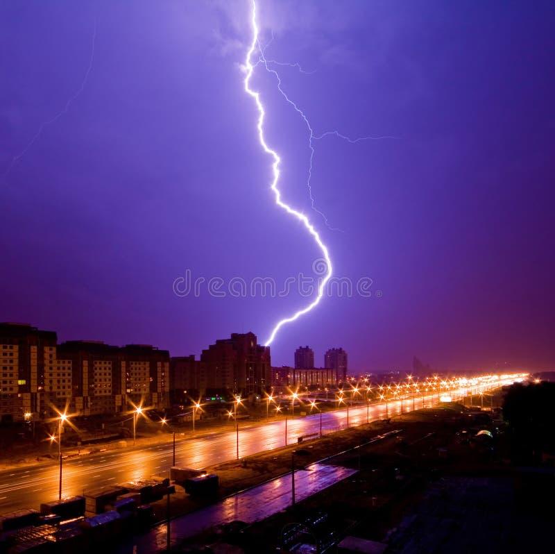 Καταπληκτική άποψη αστραπής επάνω από την πόλη νύχτας στοκ φωτογραφία