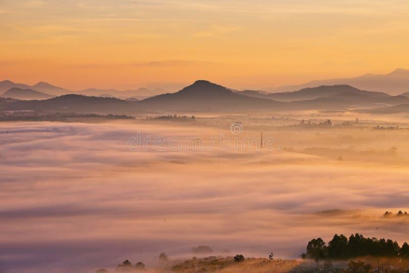 Καταπληκτική άποψη του βουνού, της υδρονέφωσης & του σύννεφου στοκ φωτογραφία με δικαίωμα ελεύθερης χρήσης