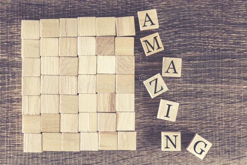 Καταπληκτική λέξη που διαμορφώνεται με τους ξύλινους φραγμούς στοκ εικόνες