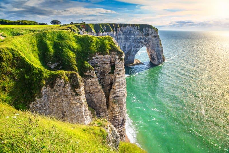 Καταπληκτική φυσική κατάπληξη αψίδων βράχου, Etretat, Νορμανδία, Γαλλία στοκ εικόνες