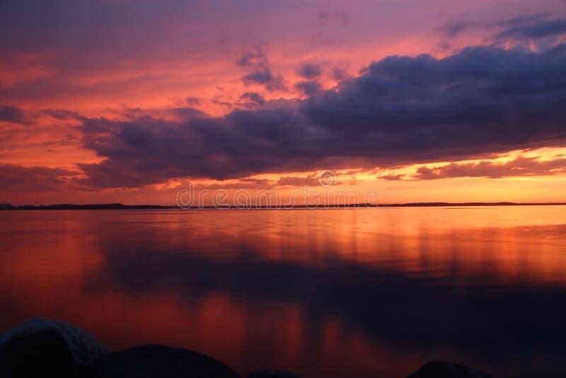 Καταπληκτικό ηλιοβασίλεμα πέρα από τη λίμνη στοκ εικόνα