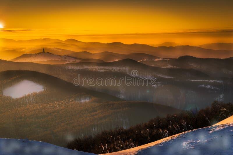 Καταπληκτικό ηλιοβασίλεμα πέρα από το Hill Buzludja Αισθανθείτε το μεγαλείο της φύσης στοκ φωτογραφίες