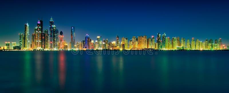Καταπληκτικό πανόραμα οριζόντων νύχτας των ουρανοξυστών μαρινών του Ντουμπάι πανοραμικό ηλιοβασίλεμα σκηνής μαρινών του Ντουμπάι  στοκ εικόνα