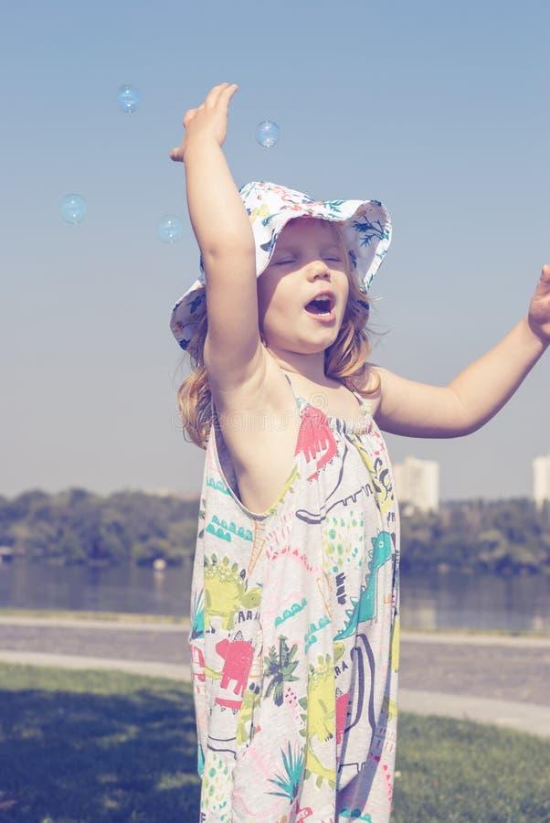 Καταπληκτικό τραγούδι μικρών κοριτσιών με την έμπνευση στοκ εικόνα με δικαίωμα ελεύθερης χρήσης