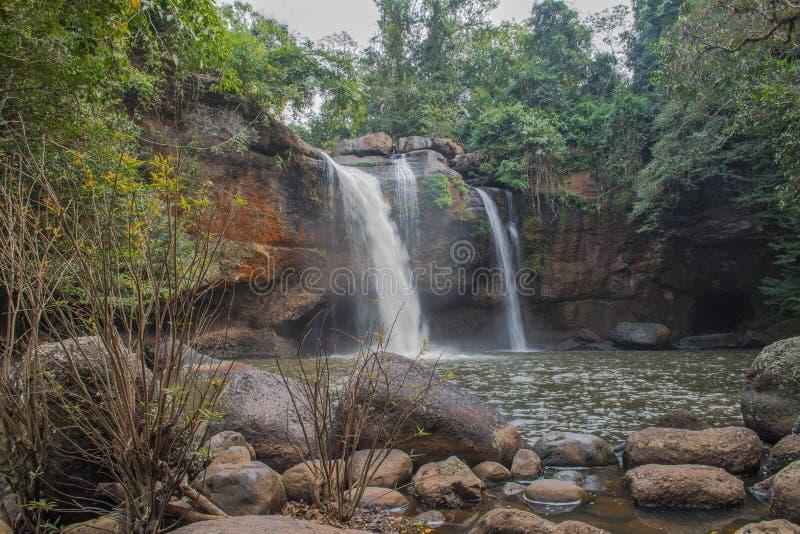 Καταρράκτες, πέτρα, δέντρο στην Ταϊλάνδη στοκ εικόνα