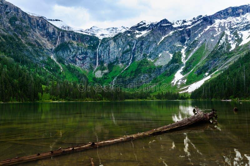 Καταρράκτες στο πλαίσιο της λίμνης χιονοστιβάδων στοκ φωτογραφίες με δικαίωμα ελεύθερης χρήσης