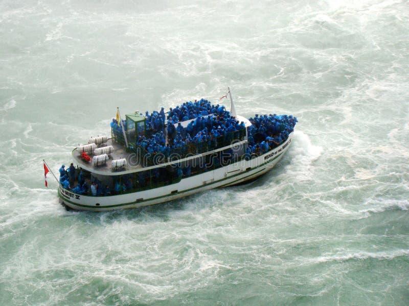 Καταρράκτες του Νιαγάρα και το κορίτσι βαρκών γύρου της υδρονέφωσης στοκ εικόνα