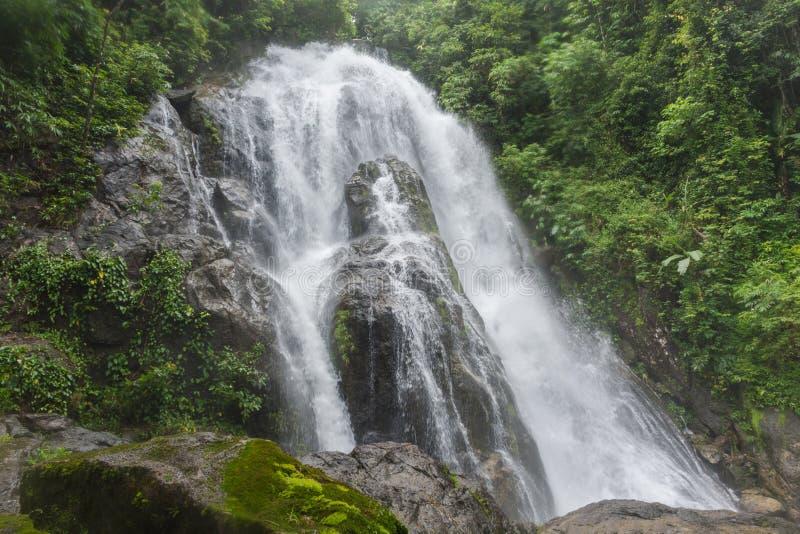 Καταρράκτης απαγόρευσης Ya λογοπαίγνιου στο εθνικό πάρκο Lamnam Kra Buri σε Ranong, στοκ εικόνες με δικαίωμα ελεύθερης χρήσης