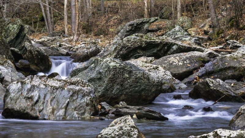 Καταρράκτης μεταξύ των βράχων στοκ φωτογραφίες