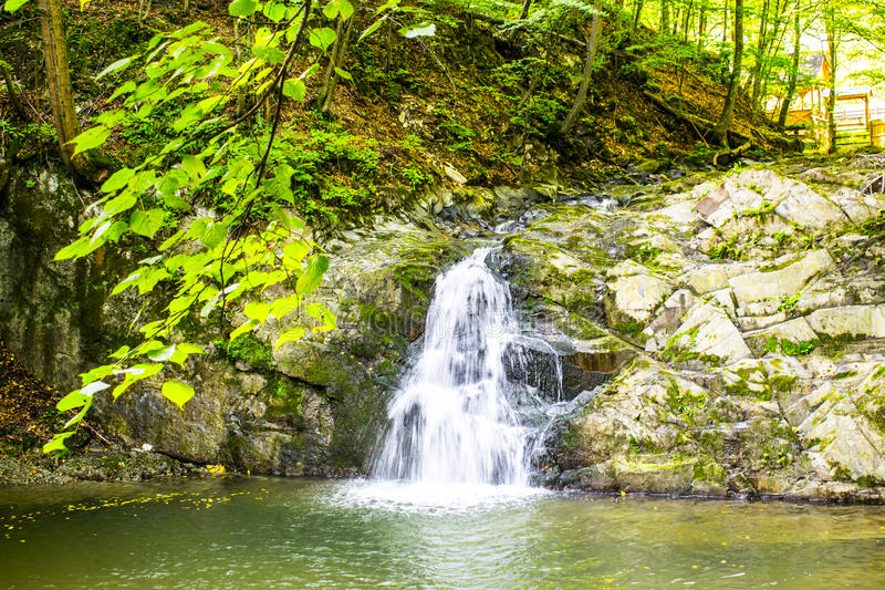 Καταρράκτης σε έναν μικρό ποταμό στοκ φωτογραφία με δικαίωμα ελεύθερης χρήσης