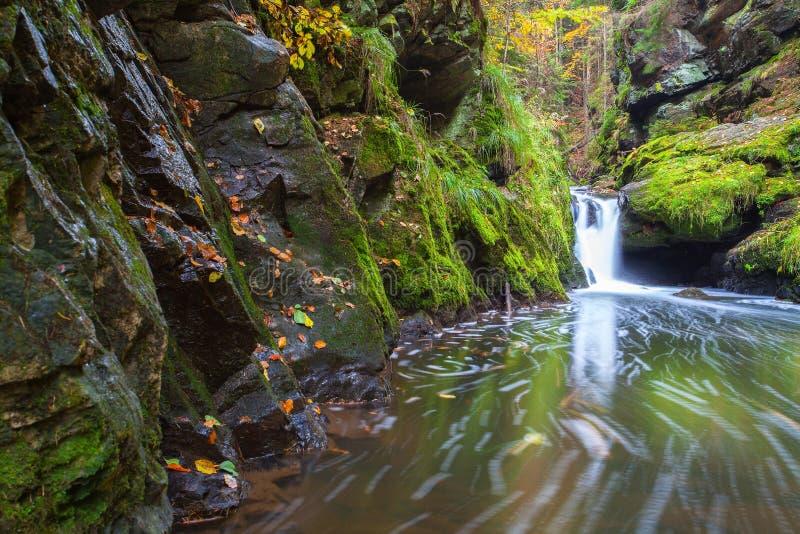 Καταρράκτης στην κοιλάδα Doubravka το φθινόπωρο, Χάιλαντς στο τσεχικό ύφασμα στοκ εικόνα με δικαίωμα ελεύθερης χρήσης