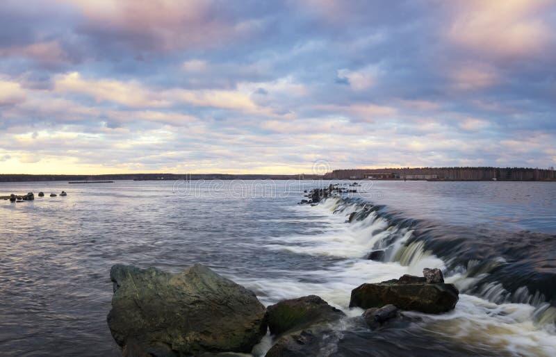 Καταρράκτης στη λίμνη το βράδυ, Ρωσία, τα Ουράλια, δεξαμενή Reftinskaya, στοκ φωτογραφίες με δικαίωμα ελεύθερης χρήσης