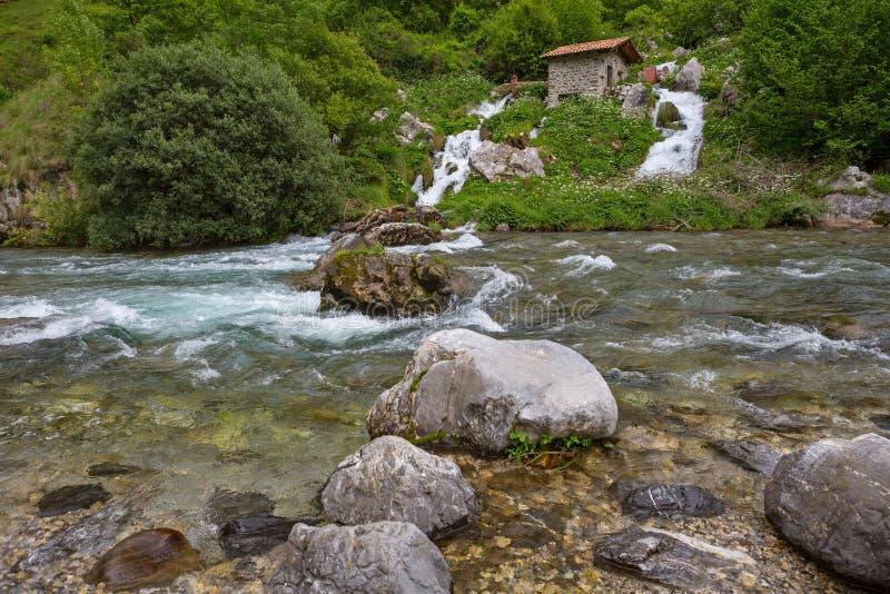 Καταρράκτης στον ποταμό προσοχών στοκ φωτογραφία