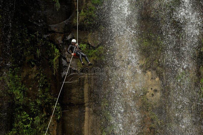 Καταρράκτης Rappelling Canyoning στην περιπέτεια στοκ εικόνες με δικαίωμα ελεύθερης χρήσης