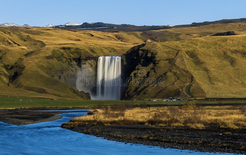 Καταρράκτης Seljalandsfoss στην Ισλανδία με τα βουνά και το μπλε ουρανό στοκ εικόνα