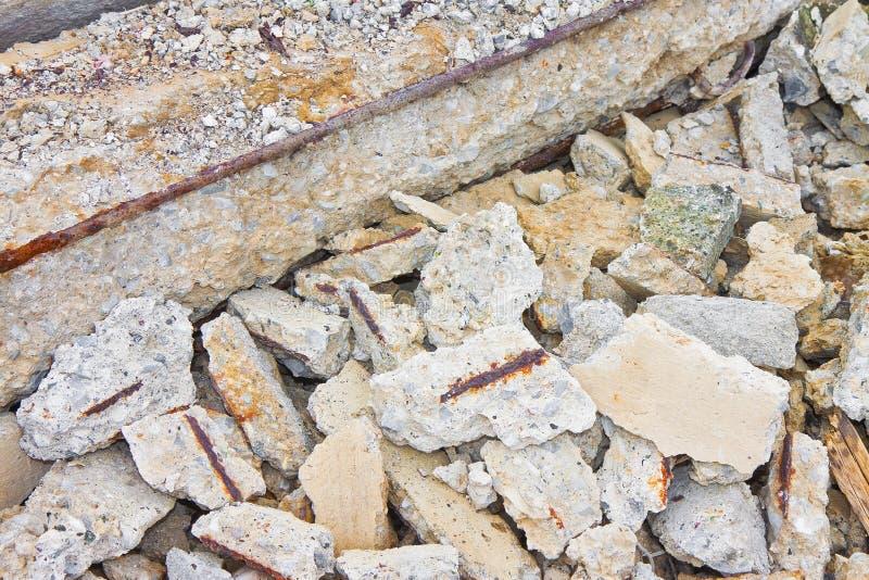 Καταρρεσμένες συγκεκριμένες δομές ενίσχυσης με τους σκουριασμένους φραγμούς χάλυβα σε ένα εργοτάξιο οικοδομής - εικόνα έννοιας στοκ φωτογραφία με δικαίωμα ελεύθερης χρήσης