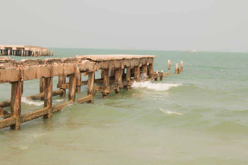 Καταρρεσμένος λιμενοβραχίονας στη θάλασσα στοκ εικόνα
