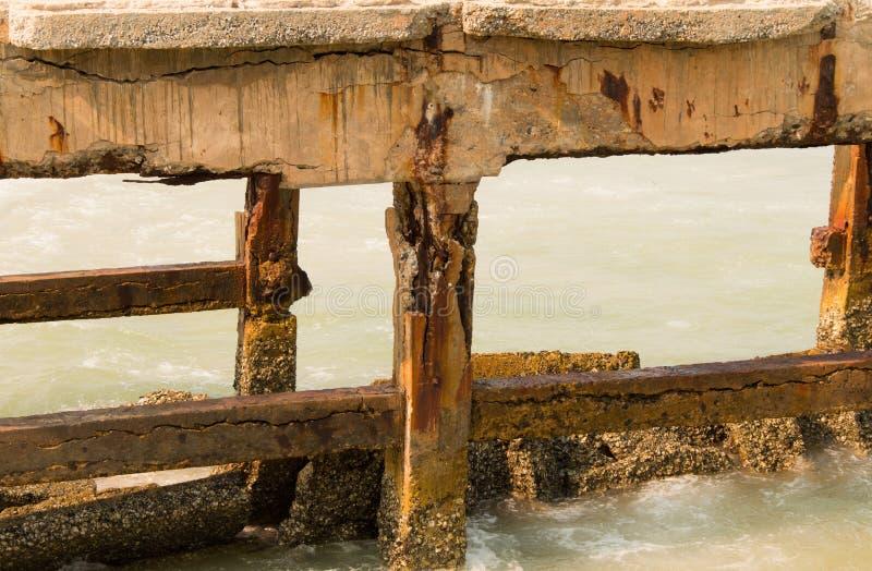 Καταρρεσμένος λιμενοβραχίονας στη θάλασσα στοκ εικόνες