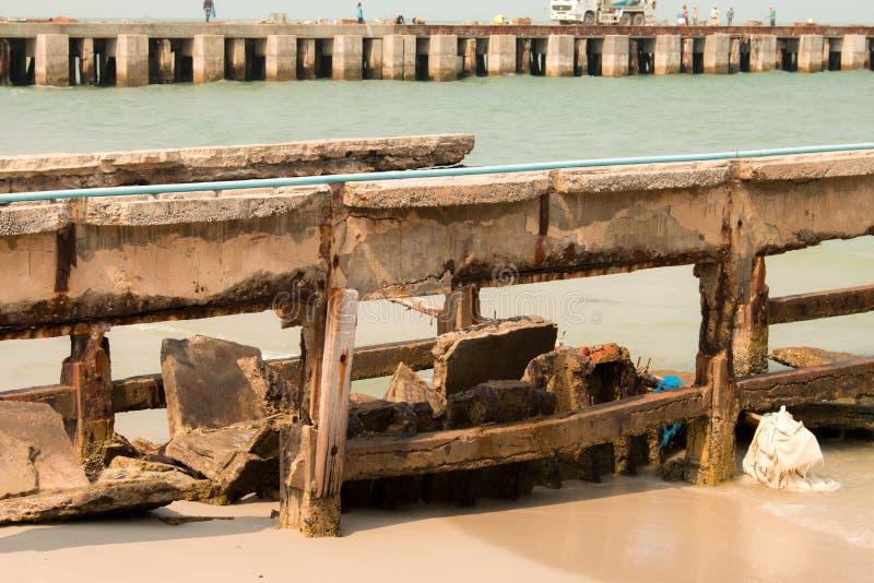 Καταρρεσμένος λιμενοβραχίονας στη θάλασσα στοκ φωτογραφίες