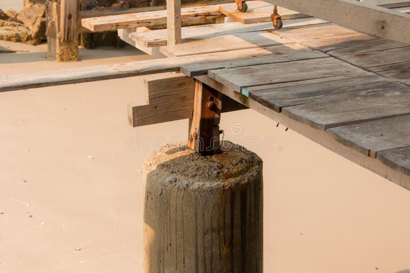 Καταρρεσμένος λιμενοβραχίονας στη θάλασσα στοκ φωτογραφία με δικαίωμα ελεύθερης χρήσης