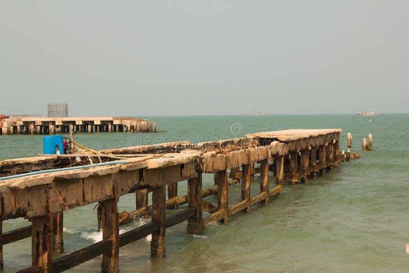 Καταρρεσμένος λιμενοβραχίονας στη θάλασσα στοκ εικόνες με δικαίωμα ελεύθερης χρήσης