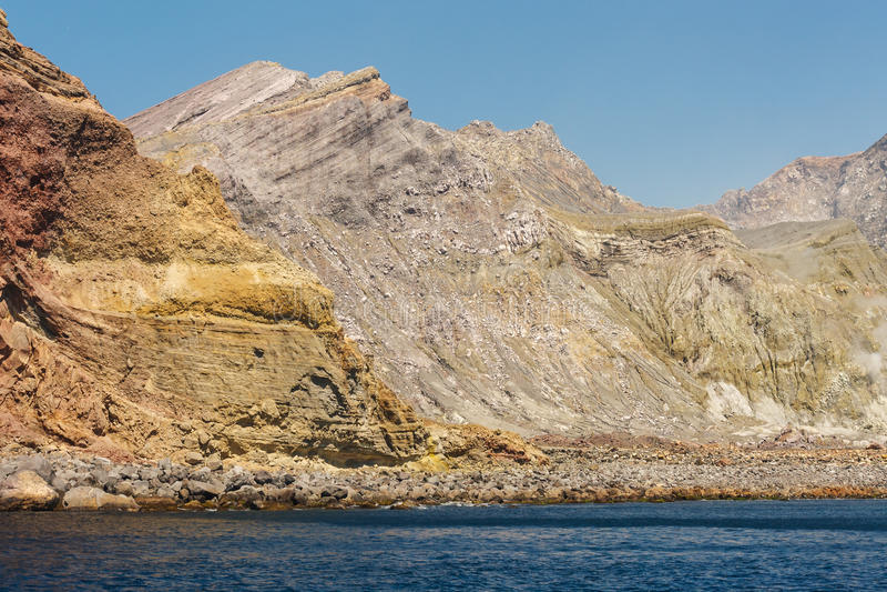 Καταρρεσμένος κρατήρας στο άσπρο νησί στοκ εικόνες