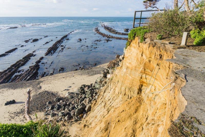 Καταρρεσμένος στρωμένος δρόμος λόγω μιας καθίζησης εδάφους στην ακτή Ειρηνικών Ωκεανών, παραλία Καλιφόρνια βρύου στοκ εικόνα με δικαίωμα ελεύθερης χρήσης