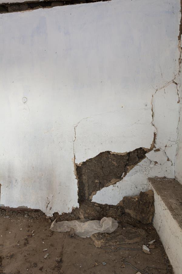 Καταρρεσμένος τοίχος στο σπίτι αργίλου στοκ εικόνες με δικαίωμα ελεύθερης χρήσης