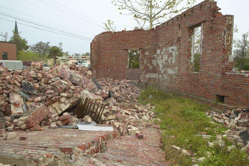 Καταρρεσμένος τουβλότοιχος από την οικοδόμηση που χτυπιέται σκληρά από τον τυφώνα Ivan σε Pensacola Φλώριδα στοκ φωτογραφίες