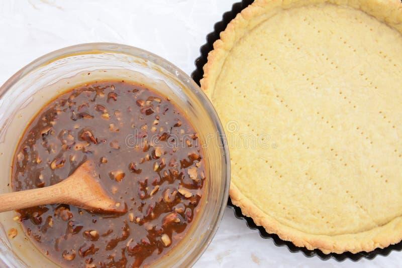Κατασκευάζοντας την πίτα πεκάν - nutty πλήρωση πιτών και κρούστα πιτών στοκ εικόνες