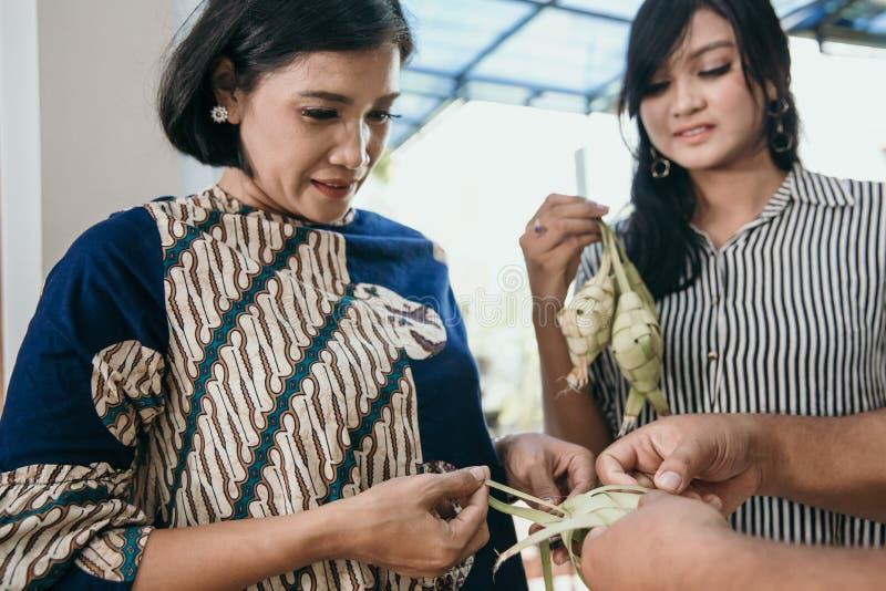 Κατασκευάζοντας ketupat τα παραδοσιακά ινδονησιακά τρόφιμα από κοινού στοκ φωτογραφία με δικαίωμα ελεύθερης χρήσης