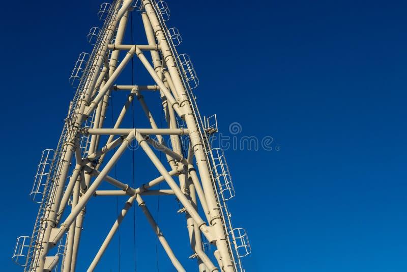 Κατασκευές των πύργων & cableways ανελκυστήρων ενάντια στο μπλε ουρανό στοκ εικόνα