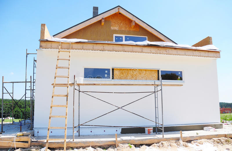 Κατασκευή ή επισκευή του αγροτικού σπιτιού με τη μόνωση, μαρκίζες, υλικό κατασκευής σκεπής στοκ εικόνες με δικαίωμα ελεύθερης χρήσης
