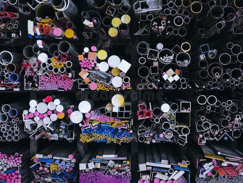 Κατασκευή βιομηχανίας σωλήνων χάλυβα που συσσωρεύεται στην αποθήκη εμπορευμάτων εργοστασίων στοκ εικόνα με δικαίωμα ελεύθερης χρήσης